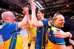 20150426 NED: Eredivisie Landstede Volleybal - Abiant Lycurgus, Zwolle<br />Frits van Gestel (1) of Landstede Volleybal, viert de titel met de fans<br />©2015-FotoHoogendoorn.nl / Pim Waslander