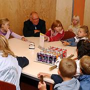 Uitwisseling stenen met wethouder Kolk gemeentehuis Huizen kinderen school Tweemaster ivm actie Vrede voor ons allemaal