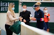 Laura Siegemund of Germany eats during the fourth round at the Roland Garros 2020, Grand Slam tennis tournament, on October 5, 2020 at Roland Garros stadium in Paris, France - Photo Rob Prange / Spain ProSportsImages / DPPI / ProSportsImages / DPPI