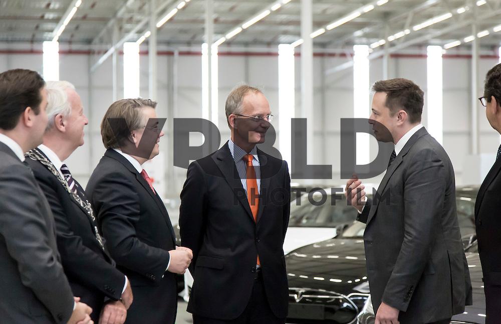 Elon Musk van Tesla en minister Kamp bij de opening van de nieuwe Tesla-fabriek in Tilburg. Ook de Brabantse Commissaris van de Koning Wim van de Donk is aanwezig.