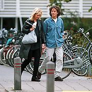 Linda de Mol en Sander vahle verlaten ziekenhuis Hilversum na een echo bij doktor Voslar