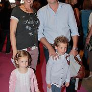 NLD/Den Haag/20110731 - Premiere musical Alice in Wonderland met K3, Aukje van Ginneken met partner Sander Jansen en kinderen Fedde en Josje