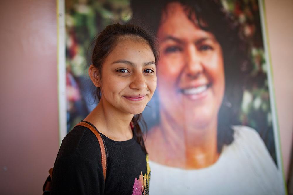 """Laura Zuñiga Cáceres, hija de Berta Cáceres quién fue asesinada el 3 de Marzo 2016: """"Pensamos que si tomamos un papel de victima reprimada y deprimida puede reforzar el terror y el miedo que traen los asesinatos, claro que nos afecta a veces, pero estamos conscientes de lo que queremos y queremos romper ese papel. Queremos reinvindicar la vida. Queremos reinvindicar el trabajo de mi mami y todo lo que significa el hecho de haber luchado toda su vida y haber trabajado en colectividad. Tenemos fuerza y tenemos la justicia en nuestras manos y seguiremos trabajando como ella trabajó, vamos a continuar la lucha de ella."""""""