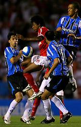 Roger domina a bola na partida entre as equipes do Gremio e Internacional realizada no Estadio Olimpico, em Porto Alegre, valida pela 26ª rodada do Campeonato Brasileiro. Foto: Jefferson Bernardes/Preview.com