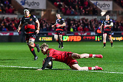 Scarlets' Aled Daviesscores his sides fifth try<br /> <br /> Photographer Craig Thomas/Replay Images<br /> <br /> Guinness PRO14 Round 13 - Scarlets v Dragons - Friday 5th January 2018 - Parc Y Scarlets - Llanelli<br /> <br /> World Copyright © Replay Images . All rights reserved. info@replayimages.co.uk - http://replayimages.co.uk