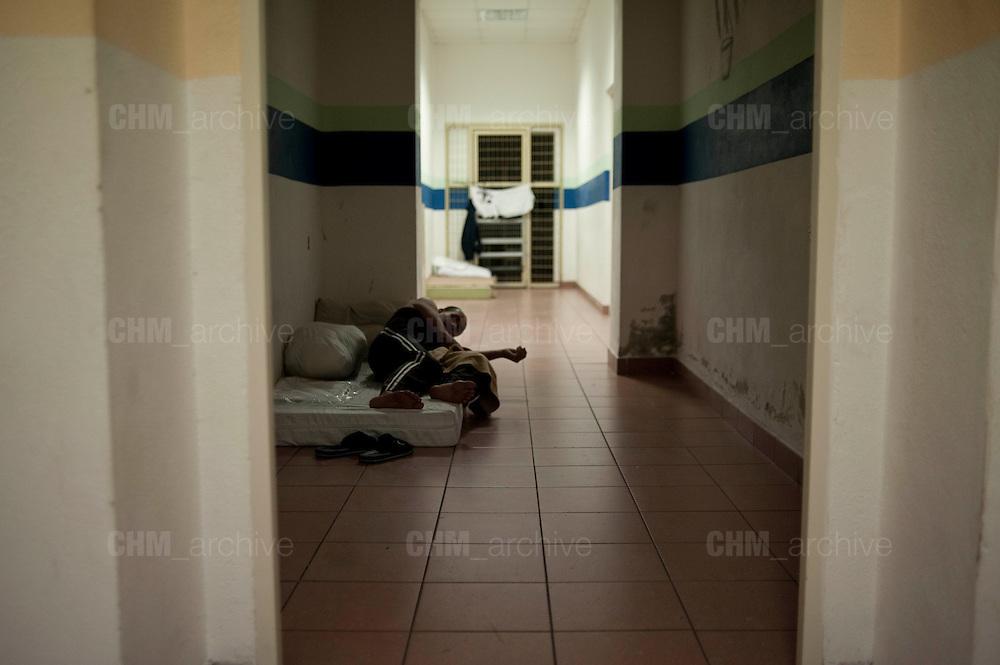 Un trattenuto dorme in un corridoio all'interno della struttura del CIE di Gradisca.<br /> Gradisca d'Isonzo (GO) ,10 settembre 2013. Daniele Stefanini / OneShot
