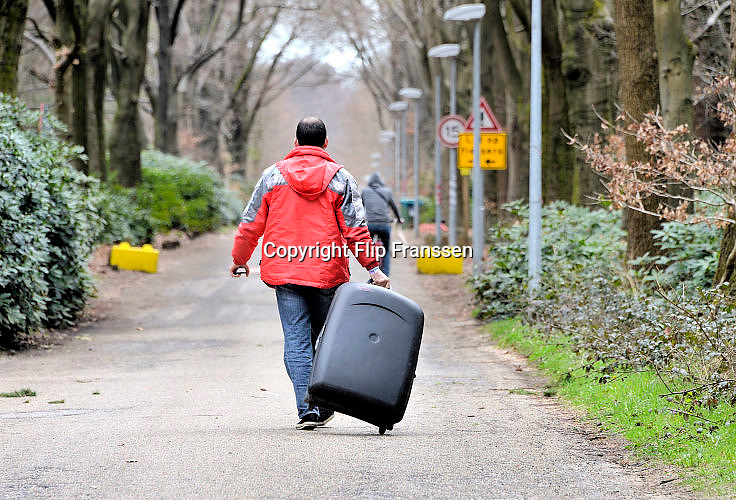 Nederland, Nijmegen, 7-4-2016Kamp Heumensoord. De noodopvang loopt langzaam leeg en moet op 1 juni door het coa overgedragen zijn aan de gemeente. De vluchtelingen vertrekken vanaf hier naar andere opvanglocaties. Zowel per bus als op individuele basis kan men naar het volgende AZC. Hiermee komt een eind aan de grootschalige opvang die in deze vorm niet snel zal terugkeren.FOTO: FLIP FRANSSEN