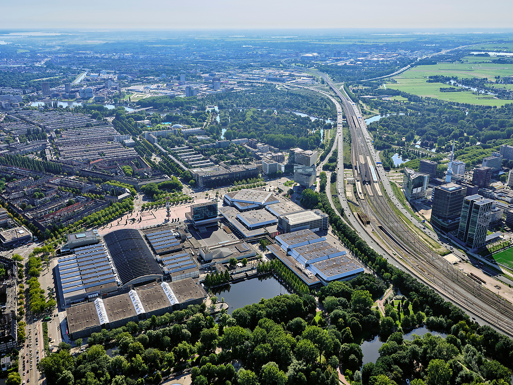 Nederland, Noord-Holland, Amsterdam, 02-09-2020; Amsterdam-Zuid, Zuid-as met ring A10. In de voorgrond RAI Amsterdam, congrescentrum enbeurscomplex.<br /> Amsterdam-Zuid, Zuidas with ring A10. In the foreground RAI Amsterdam, conference center and exhibition complex.<br /> <br /> luchtfoto (toeslag op standard tarieven);<br /> aerial photo (additional fee required);<br /> copyright foto/photo Siebe Swart
