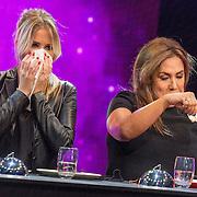 NLD/Aalsmeer/20151120 - 1e show Mindmasters Live 2015, Monique Smit en Patty Brard hebben sprinkhaan gegeten
