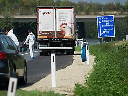 27.08.2015, Autobahn A4, Burgenland, AUT, Bis zu 50 tote Flüchtlinge in Lkw auf A4 in Burgenland, im Bild Polizist von der Spurensicherung vor vermeintlichen Lastwagen // dead refugees in truck at freeway A4 in Burgenland on 2015/08/27, EXPA Pictures © 2015, PhotoCredit: EXPA/ Michael Gruber