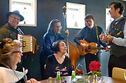 Nederland, Lent, 23-12-2015In restaurant Altijd Lente organiseert de SWON een etentje voor eenzame ouderen in de kersttijd. De onversterkte en wandelende muziekgroep de Roleros zorgen voor de muzikale omlijsting.Foto: Flip Franssen