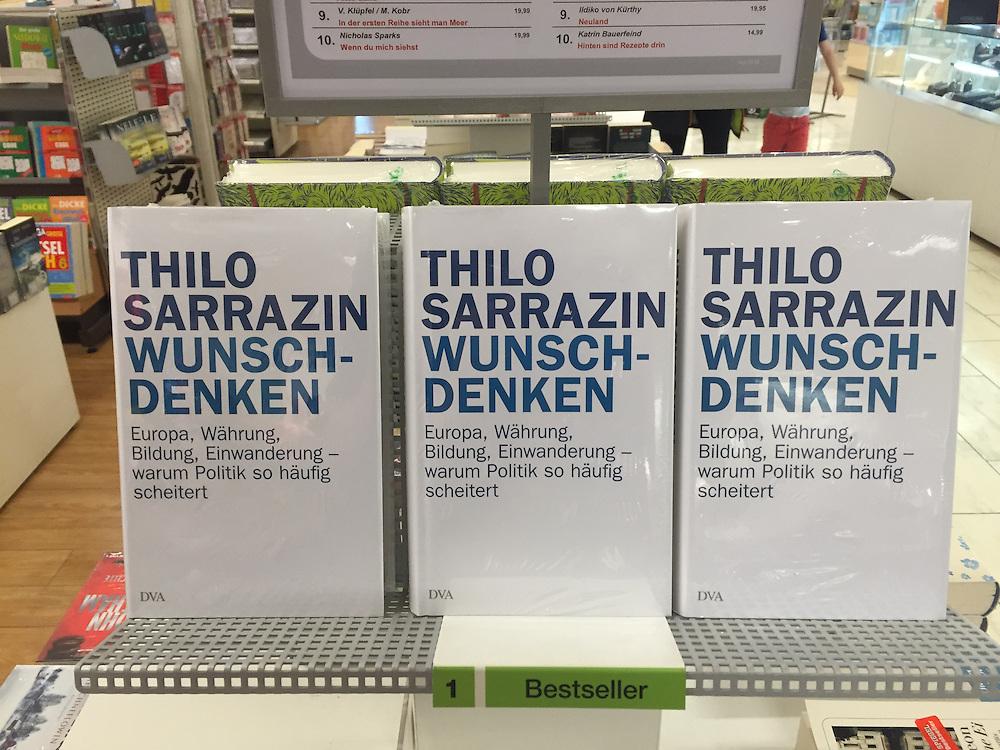 Europa,Deutschland,Nordrhein-Westfalen, NRW, Köln, In einem Kaufhaus stehen drei Bücher mit dem Titel Wunschdenken Europa,Währung,Bildung,Einwanderung - warum Politik so häufig scheitert -  des Autors  Thilo Sarrazin auf einem Regal mit der Nummer eins 1 für den aktuellen Bestseller