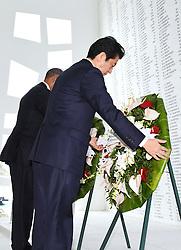 US-Präsident Barack Obama und Japans Premier Shinzo Abe beim Gedenken an die Opfer des japanischen Angriffs auf Pearl Harbor vor 75 Jahren / 271216<br /> <br /> <br /> <br /> ***Japanese Prime Minister Shinzo Abe and U.S. President Barack Obama lay wreaths at the USS Arizona Memorial at Pearl Harbor in Hawaii on Dec. 27, 2016, to commemorate those who died in the Japanese surprise attack in 1941.***