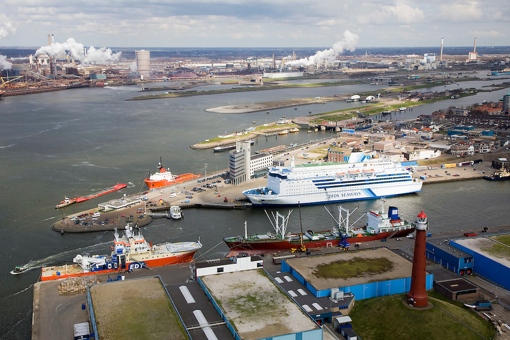 Nederland, Noord-Holland, IJmuiden, 16-04-2008; zeehaven van IJmuiden met veerboot (of cruise schip) van DFDS Seaways (naar Newcastle); verder in de haven - open verbinding net de zee - onderhouds- en bevoorradingsschepen; onder in beeld de vuurtoren (van gietijzer); op het tweede plan rechts het sluizencomplex aan het begin van het Noordzee kanaal, links Corus (voorheen Hoogovens); Noordzeekanaal, haven..luchtfoto (toeslag); aerial photo (additional fee required); .foto Siebe Swart / photo Siebe Swart