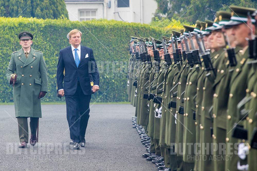 Koning Willem-Alexander tijdens de Welkomstceremonie en het ontvangst in het Presidentieel Paleis Aras an Uachtarain in Dublin, op dag 1 van het 3-daags staatsbezoek van het Nederlands Koningspaar aan Ierland.