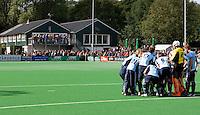 BLOEMENDAAL - Het team van Laren op het veld van de HC Bloemendaal met clubhuis op de achtergrond, hoofdklasse competietiewedstrijd heren tussen Bloemendaal en Laren (9-1). Foto KOEN SUYK