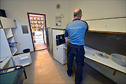 Nederland, the Netherlands, Arnhem, 15-9-2015In de Penitentiaire inrichting, koepelgevangenis,  de Berg wordt een noodopvang om vluchtelingen op te vangen, ingericht. Vanavond nemen zij hier hun intrek. In Holland the growing number of refugees forces the government to house them temporary and improvised in unused or empty buildings and halls. Often these are rented from private owners or real-estate firms. In this case an empty, unused prison. FOTO: FLIP FRANSSEN