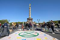 07 OCT 2019, BERLIN/GERMANY:<br /> Extinction Rebellion (XR), eine globale Umweltbewegung protestiert mit der Blockade von Verkehrsknotenpunkten fuer eine Kehrtwende in der Klimapolitik, Grosser Stern, Siegessäule<br /> IMAGE: 20191007-01-009<br /> KEYWORDS: Demonstration, Demo, Demonstraten, Klima, Klimawandel, climate change, protest, Klimakrise