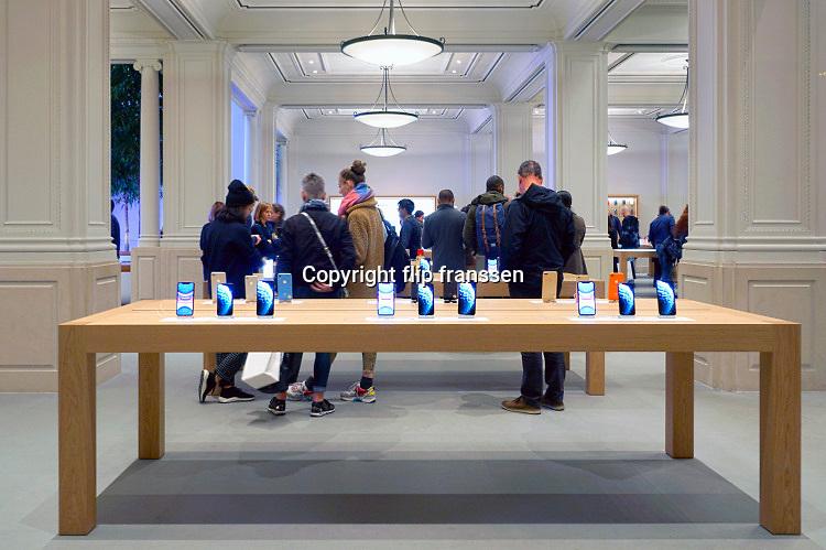 Nederland, Amsterdam, 25-10-2019De applestore aan het Leidseplein met tafels vol ipads, iphones,  en andere apple producten. Foto: Flip Franssen