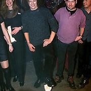 Prijsuitreiking Populariteitsprijs 1998, Sieb van der Ploeg van de Kast met zijn voeten op de prijs