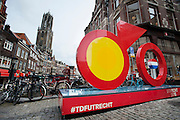 In Utrecht onthullen burgemeester Jan van Zanen, wethouder Jeroen Kreijkamp en ASO-directeur Christian Prudhomme een enorme fiets. De tourfiets is het beeldmerk van de start van de Tour de France in Utrecht in 2015. Met de onthulling wordt de eerste stap gezet naar de feestelijkheden van Le Tour Utrecht. De Grand Velo, zoals het beeld heet, is volledig van staal en is 6 meter breed, 1,20 meter diep en 3,50 meter hoog.
