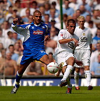 Fotball<br /> Leeds United v Derby County<br /> Coca Cola Championship<br /> 07/08/2004<br /> Foto: SBI/Digitalsport<br /> <br /> Leeds' Simon Walton (R) tussles with Derby's Marcus Tudgay