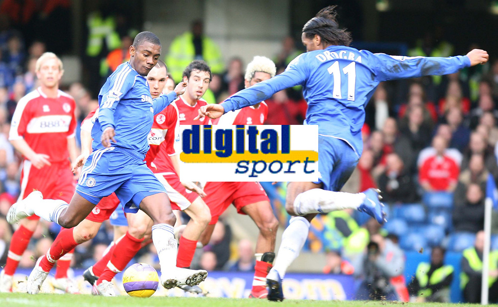 Drogba and Diarra of Chlesea atempt to shoot