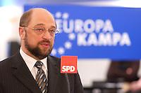 12 JAN 2004, BERLIN/GERMANY:<br /> Martin Schulz, MdEP, SPD Spitzenkandidat, eroeffnet den Europa Wahlkampf mit einer Pressekonferenz und einer Besichtigung der SPD Europa Kampa, Wahlkampfzentrale fuer die Wahl des Europaeischen Parlamentes im Willy-Brandt-Haus<br /> IMAGE: 20040112-02-007<br /> KEYWORDS: Eröffnung, Eroeffnung