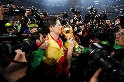 11.07.2010, Soccer-City-Stadion, Johannesburg, RSA, FIFA WM 2010, Finale, Niederlande (NED) vs Spanien (ESP) im Bild Fernando Torres küsst, umringt von unzähligen Fotografen den WM Pokal, EXPA Pictures © 2010, PhotoCredit: EXPA/ InsideFoto/ Perottino *** ATTENTION *** FOR AUSTRIA AND SLOVENIA USE ONLY! / SPORTIDA PHOTO AGENCY