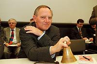 25 JAN 2000, BERLIN/GERMANY:<br /> Wolfgang Schäuble, CDU, CDU/CSU Fraktionsvorsitzender, läutet mit einer Glocke die  CDU/CSU Fraktionssitzung ein, Deutscher Bundestag, Reichstag<br /> IMAGE: 20000125-02/02-17<br /> KEYWORDS: Wolfgang Schaeuble, Glocke, bell