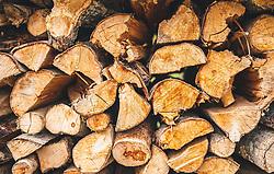 THEMENBILD - Holzscheite aufeinander gestapelt werden für die Heizperiode gelagert, aufgenommen am 29. September 2019, Piesendorf, Österreich // logs stacked on top of each other are stored for the heating period on 2019/09/29, Piesendorf, Austria. EXPA Pictures © 2019, PhotoCredit: EXPA/ Stefanie Oberhauser