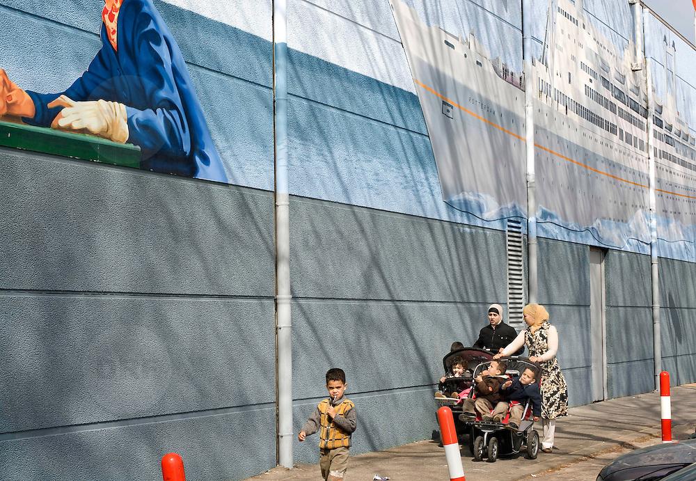 Nederland Rotterdam 21 april 2008 20080421 Foto: David Rozing.Een schildering op de muur bij de ingang van katendrecht. Het stoomschip SS Rotterdam ligt aan de kade van het Derde Katendrechtse Hoofd. SS Rotterdam, het vroegere vlaggenschip van de Holland Amerika Lijn. ..Foto David Rozing