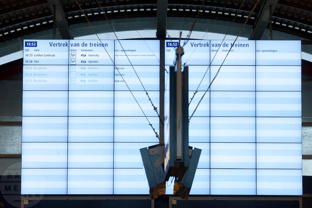 Het informatiebord op Utrecht CS. Door sneeuwval is het treinverkeer ernstig ontregeld. Op Utrecht Centraal zijn veel reizigers gestrand. Slechts mondjesmaat rijdt een trein.<br /> <br /> Due to the snow the Dutch railways are facing big problems. Lots of travelers are stuck on Utrecht Central Station. Only a few trains will depart.