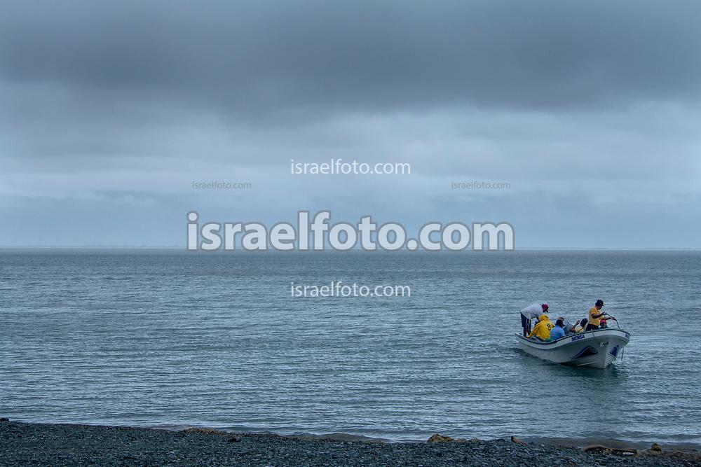 San Dionisio del Mar, Oaxaca. 30 de Mayo del 2017. Una lancha llega a la orilla de la playa.  /  A boat arrives to the seashore