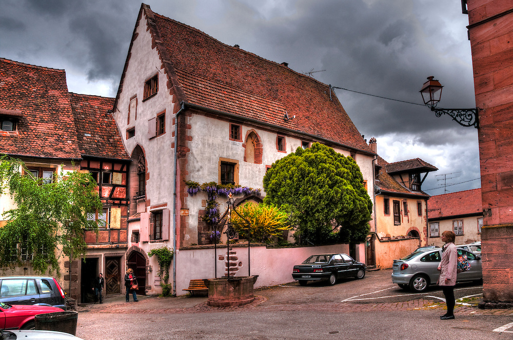 Building and well in Elsass Riquewhir,