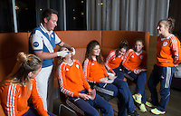 ZWOLLE - Carlien Dirkse vd Heuvel en Roos Drost. Bitje happen voor de vrouwen van het Nederlands hockeyteam, Het aanmeten van een mondbeschermer. in aanloop van de Champions Trophy in Mendoza (Argentinie).rechts Marloes Keetels en Laura Nunnink en Xan de Waard.. , links Valerie Magis.   COPYRIGHT KOEN SUYK