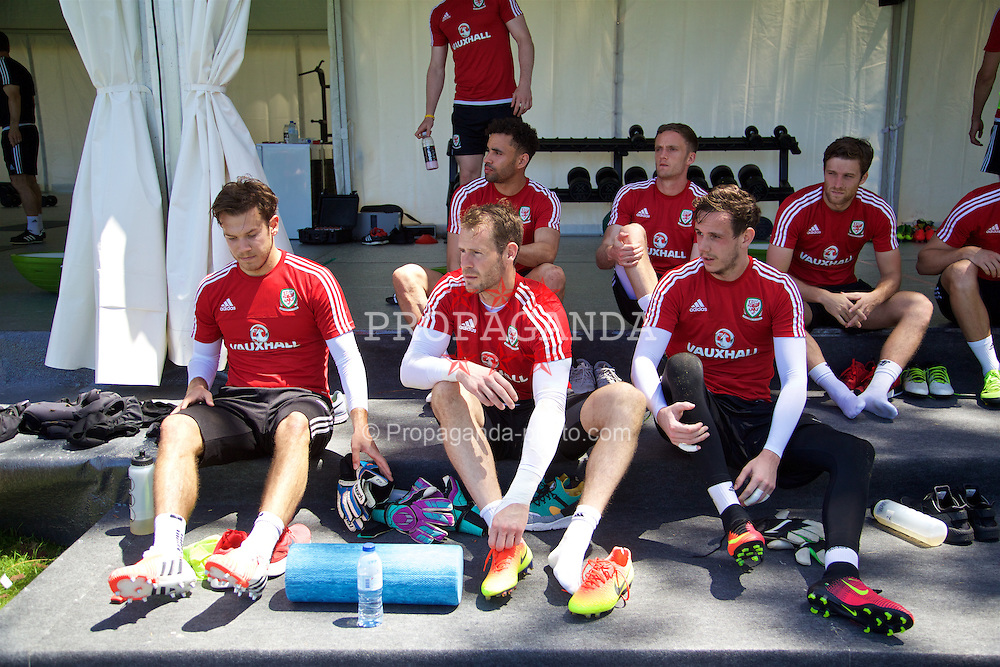 VALE DO LOBO, PORTUGAL - Friday, May 27, 2016: Wales' goalkeepers Chris Maxwell, Owain Fon Williams and Daniel Ward during day four of the pre-UEFA Euro 2016 training camp at the Vale Do Lobo resort in Portugal. (Pic by David Rawcliffe/Propaganda)