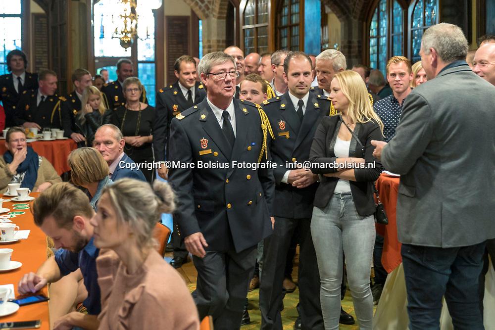 Nederland,  Vught, uitreiking Ko aan de man van Karin van Krevel