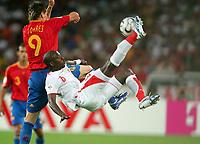 v.l. Fernando Torres, Hatem Trabelsi Tunesien<br /> Fussball WM 2006 Spanien - Tunesien<br /> Spania - Tunisia <br />  Norway only