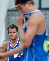 17-07-2014 NED: FIVB Grand Slam Beach Volleybal, Apeldoorn<br /> Poule fase groep A mannen - Reinder Nummerdor kijkt naar Steven van de Velde na een ongelukkige actie