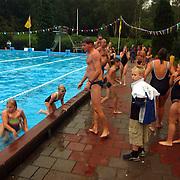 Zwemvierdaagse 2002 Huizen, zwemmers verlaten met spoed bad in verband met onweer