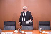11 FEB 2014, BERLIN/GERMANY:<br /> Frank-Walter Steinmeier, SPD, Bundesaussenminister, vor Beginn der Kabinettsitzung, Bundeskanzleramt<br /> IMAGE: 20150211-01-001<br /> KEYWORDS: Kabinett, Sitzung, Unterlagen, Akten,