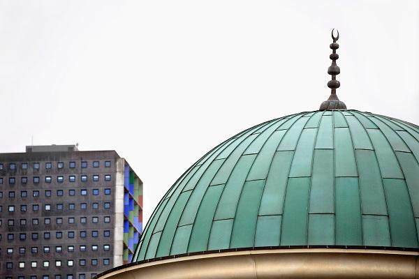 Nederland, Tilburg, 31-3-2011Suleymaniye Moskee aan de Wandelboslaan.Kontrast, contrast, met moderne westerse architectuur.Foto: Flip Franssen/Hollandse Hoogte