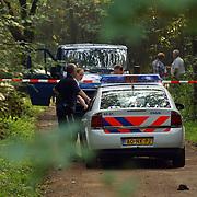 NLD/Huizen/20050906 - Verbrand lijk gevonden langs bospad Bussummerweg Huizen, afzetting, lint, overleg, technische recherche