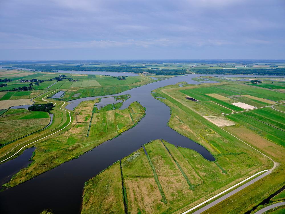 """Nederland, Overijssel, Gemeente Kampen; 21–06-2020; het Reevediep richting monding in het Revemeer (voorheen Drontermeer). Rechts de dijk Slaper, links de Noordwendigedijk, Flevoland aan de horizon.<br /> Het Reevediep is aangelegd in het kader van het project Ruimte voor de Rivier om bij hoogwater water af te voeren voordat dit het nabij gelegen Kampen bereikt, direct naar het IJsselmeer, de 'bypass Kampen'. Het Reevediepgebied is ook een natuurgebied en vormt een ecologische verbindingszone tussen rivier de IJssel en Drontermeer.<br /> Reevediep towards the mouth in the Revemeer (formerly Drontermeer). On the right the dike Slaper, on the left the Noordwendigedijk, Flevoland on the horizon.<br /> The Reevediep has been constructed as part of the Room for the River project, and functions to discharge high waters before reaching the nearby Kampen, directly to the IJsselmeer, the """"bypass Kampen"""". The Reevediep area is also a nature reserve and forms an ecological connecting zone between the river IJssel and Drontermeer.<br /> <br /> luchtfoto (toeslag op standard tarieven);<br /> aerial photo (additional fee required)<br /> copyright © 2020 foto/photo Siebe Swart"""