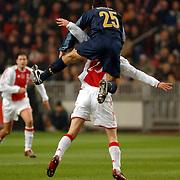 NLD/Amsterdam/20060222 - Voetbal, Champions League, Ajax - FC Internazionale, Walter Samuel springt in de rug van Klaas Jan Huntelaar