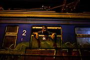 Un uomo si affaccia dal finestrino del treno Presevo-Sid. Vicino al One Stop Centre, Presevo | A man looks out from Presevo - Sid the train window. Near the One Stop Centre, Presevo