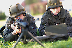 13.04.2016, Heckenast-Burian-Kaserne, Wien, AUT, Bundesregierung, Stärkung des Bundesheeres für mehr Sicherheit, im Bild Soldat mit Maschinengewehr MG74 // soldier with MG 74 machine gun during press statement of the austrian chancellor and defence minister according to strengthening the austrian armed forces for more security in Vienna, Austria on 2016/04/13, EXPA Pictures © 2016, PhotoCredit: EXPA/ Michael Gruber