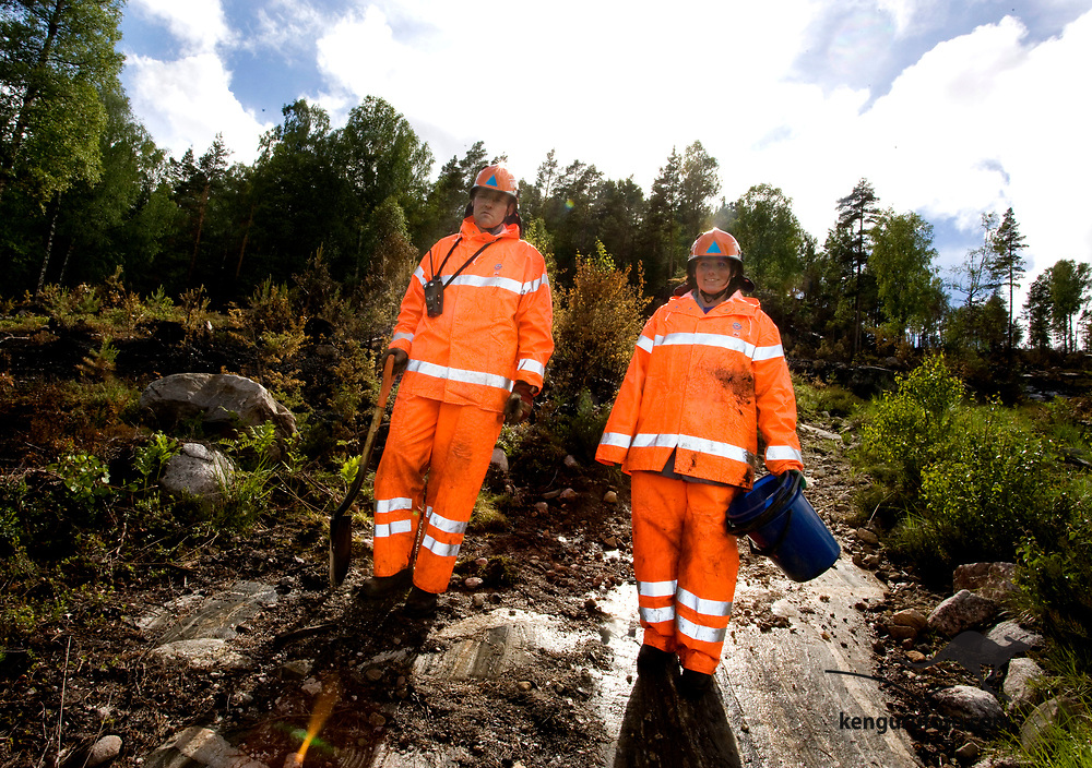 FROLAND 20080615: Halvard Alvik og Gro Anita Tallhaug fra Sivilforsvaret i Oslo er ferdige med sitt skift i de brannherjede områdene i Froland søndag ettermiddag.<br /> Foto: Tor Erik Schrøder SCANPIX .