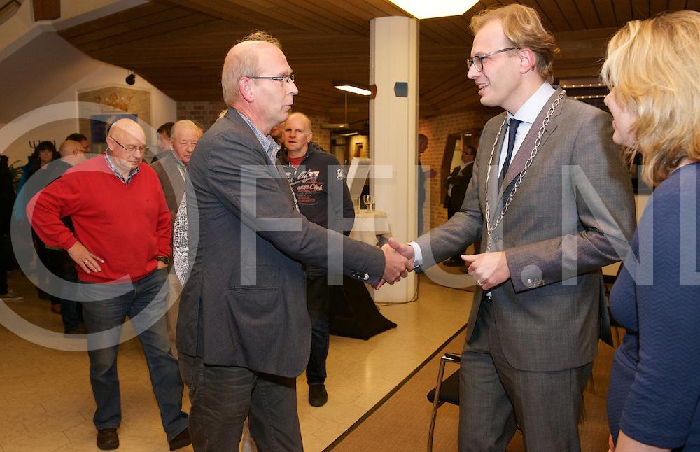OMMEN - Nieuwe Burgemeester<br /> Foto: De nieuwe Burgemeester van Ommen Mark Boumans schudt handen tijdens kennismakingsbijeenkomst in het gemeentehuis in Ommen. Zijn vrouw Marloes staat naast hem.<br /> FFU PRESS AGENCY COPYRIGHT ALEX MULDER